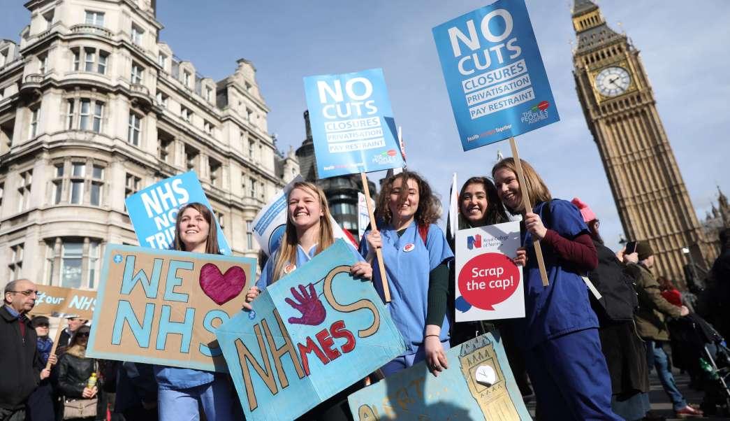 Miles de personas participaron en una manifestación para exigir más fondos para el Servicio Nacional de Salud de Gran Bretaña (NHS). (Reuters)