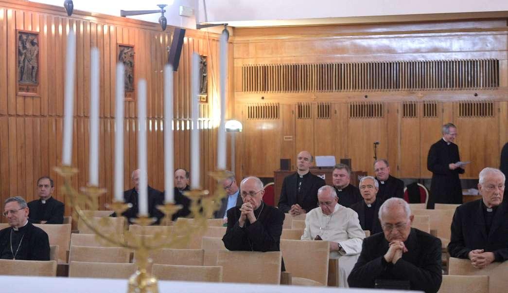 El papa Francisco se sienta en una capilla mientras participa en ejercicios espirituales para la Cuaresma en la Casa del Divino Maestro en Ariccia, al sur de Roma, Italia. (AP/archivo)