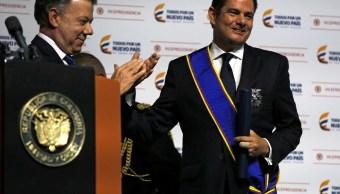 El presidente colombiano Juan Manuel Santos aplaude al vicepresidente de Colombia, Germán Vargas Lleras, en Bogotá, Colombia. (Reuters)