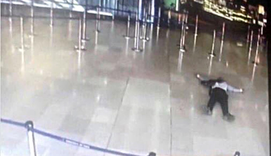 Imágenes del aeropuerto de Orly, en París, muestran al presunto agresor que fue abatido por militares durante un tiroteo. (Reuters)