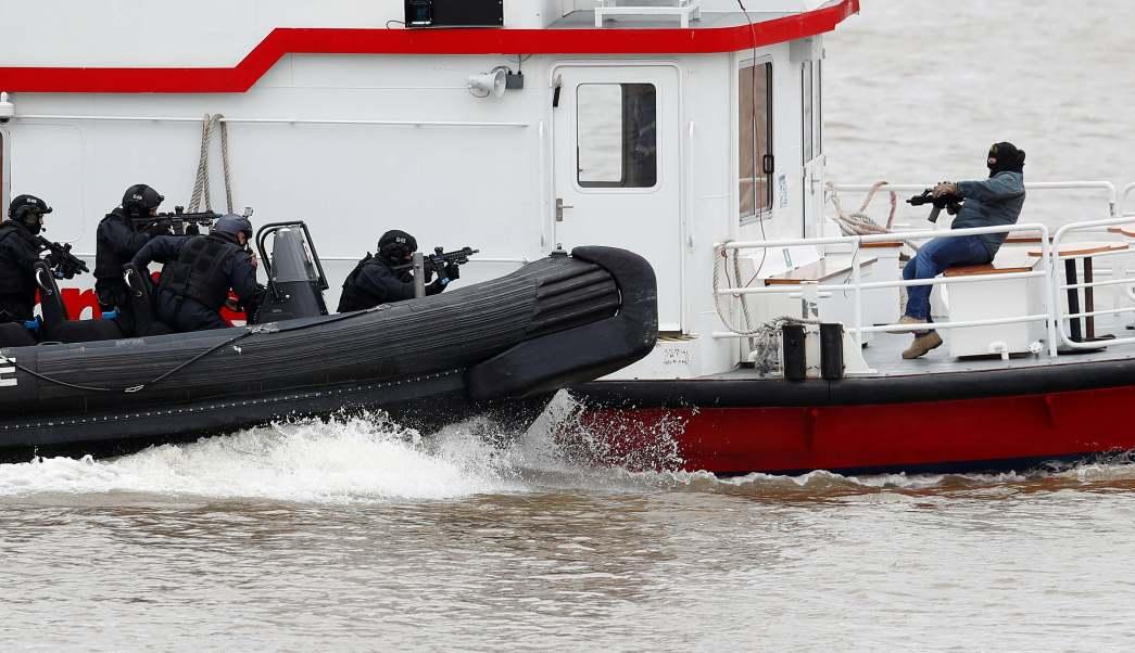 Los agentes armados de la Policía Metropolitana de Londres participan en un ejercicio de entrenamiento para rescatar a rehenes en un crucero en el río Támesis, en Londres. (Reuters)