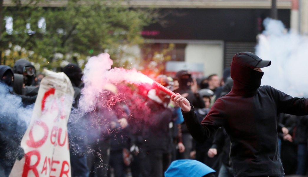 Un hombre lanza una bengala durante un enfrentamientos en una manifestación contra la brutalidad policial en París, Francia. (REUTERS)