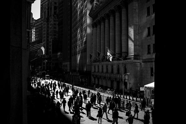 Gente caminando en la zona de Wall Street en Nueva York. (Getty Images, archivo)