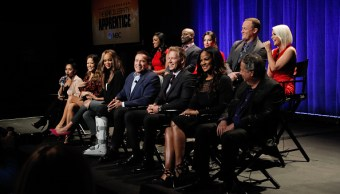 Arnold Schwarzenegger (C) y el elenco de The Celebrity Apprentice asisten a una conferencia de prensa. (Getty Images/archivo)