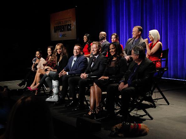 Arnold Schwarzenegger (C) y el elenco de The Celebrity Apprentice asisten a una conferencia de prensa. (Getty Images/archivo)
