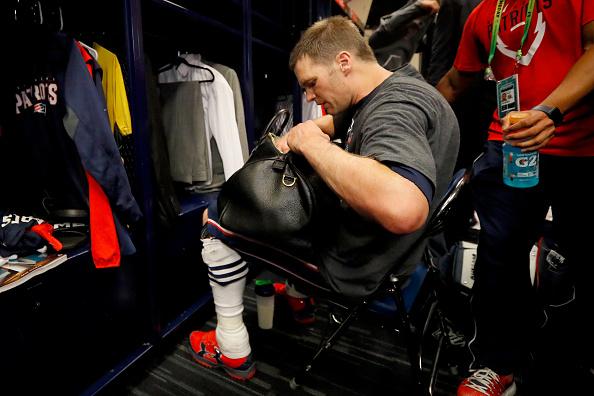 Tom Brady, jugador de los New England Patriots, en el momento donde se da cuenta que el jersey con el que ganó el Super Bowl 51 no está. (Getty Images, archivo)