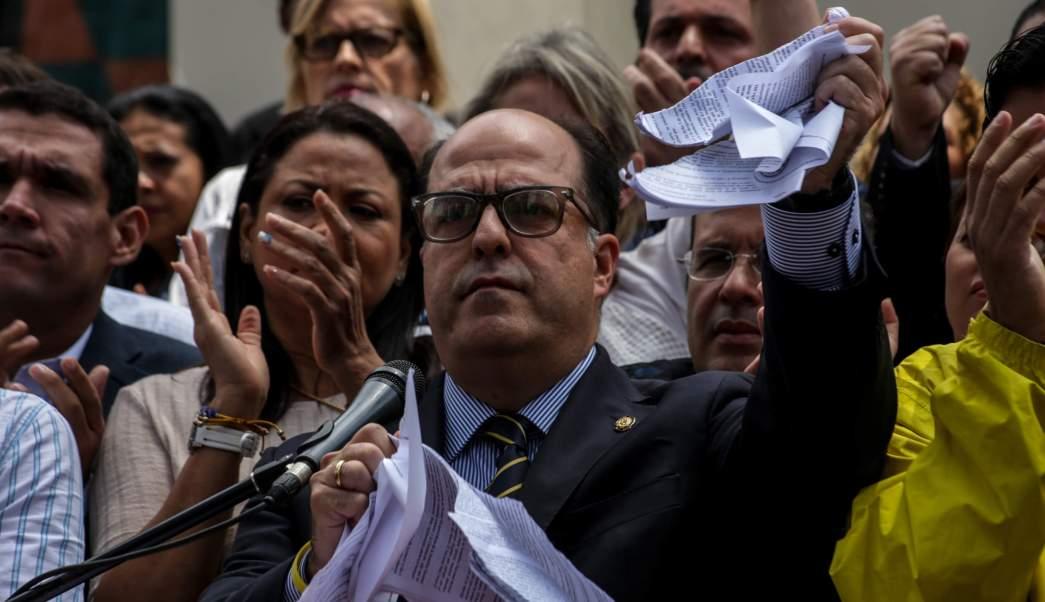 """El presidente de la Asamblea Nacional de Venezuela (AN), el opositor Julio Borges, rompe en pedazos la sentencia del Tribunal Supremo, que calificó de """"basura"""" durante una rueda de prensa, desde el Palacio Legislativo. (EFE)"""