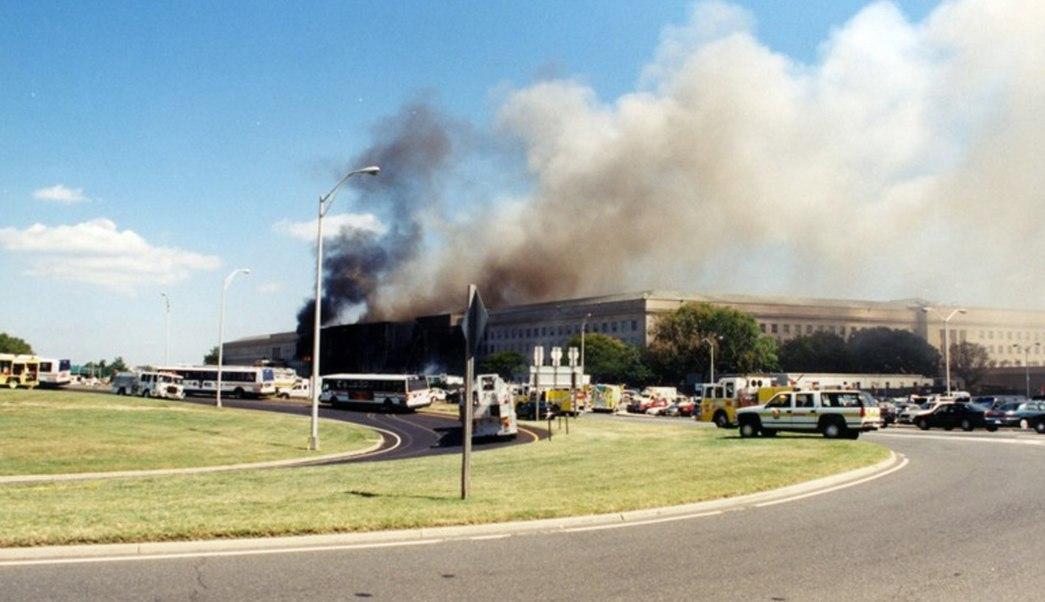 Una columna de humo sale de la fachada del Pentágono contra la que impactó el vuelo 77 de American Airlines. (EFE)