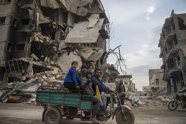 """Un grupo de sirios regresan a su hogar después de que el centro de la ciudad de Al Bab ha sido liberado por completo de los terroristas de Daesh como parte de la """"Operación Eufrates Shield"""". (Getty Images)"""