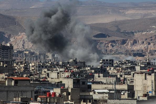 Una columna de humo se levanta después de que los Warcrafts, que pertenecían a las fuerzas del Régimen de Assad, hicieron ataques aéreos a un asentamiento en la ciudad de Arbin, en Damasco, Siria. (Getty Images)