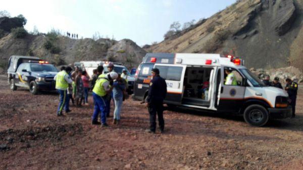 Rescatan a familia que cayó en una mina de arena en la delegación Tláhuac