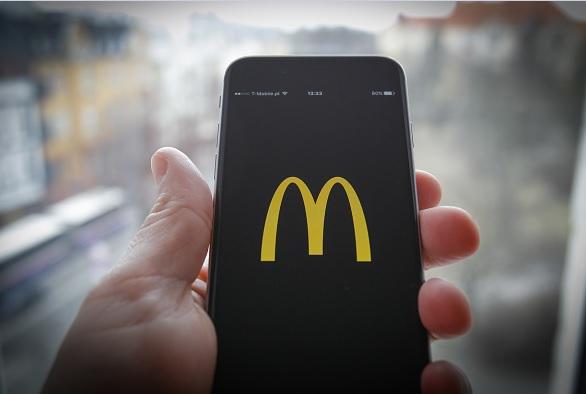 A través de un comunicado, McDonald's dijo que actuó rápidamente para asegurar su cuenta y se disculpó de que el tuit saliera de su cuenta corporativa.