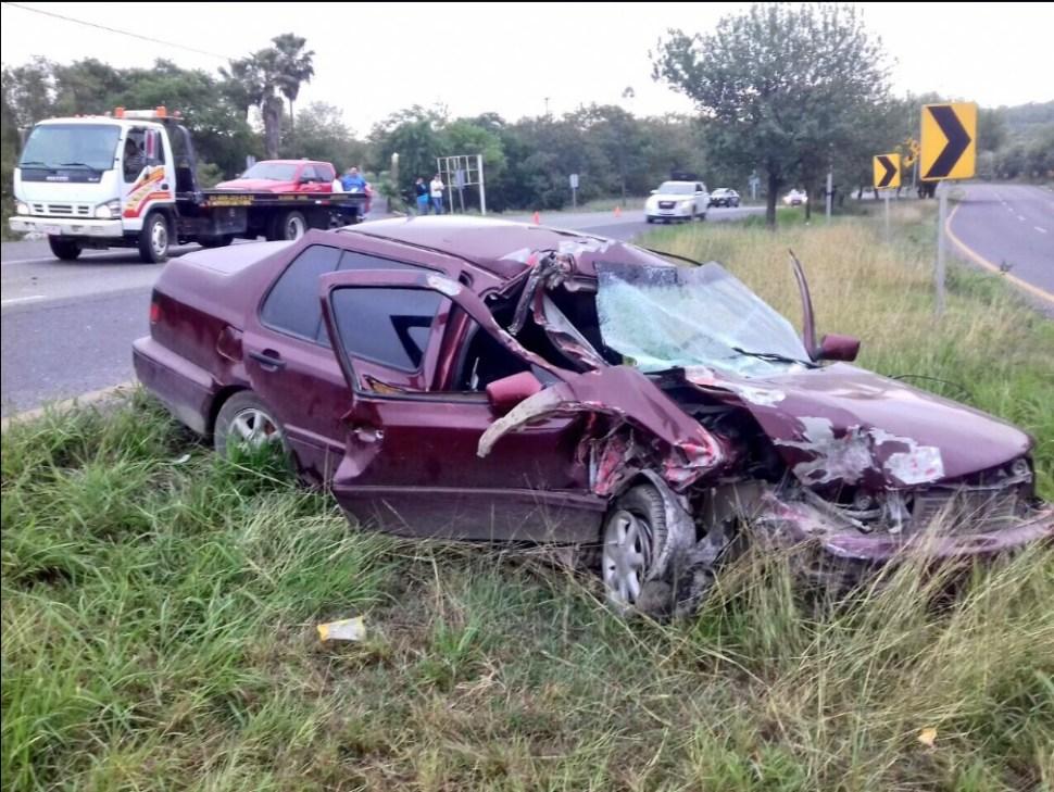 Auto embestido por un tráiler en la Carretera Nacional, a la altura del municipio de Montemorelos, Nuevo León (Twitter @_LASNOTICIASMTY)