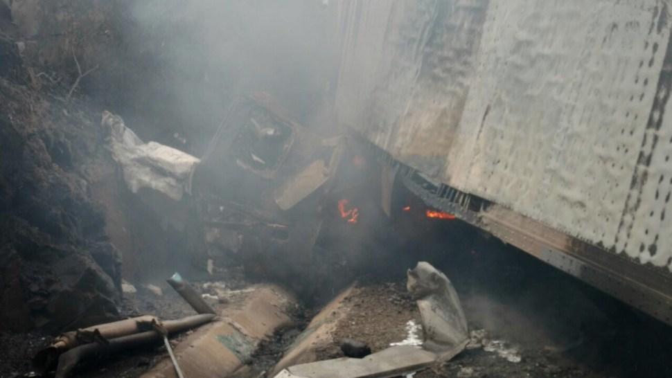 Conductor de tráiler pierde el control y choca contra cerro en autopista México - Querétaro