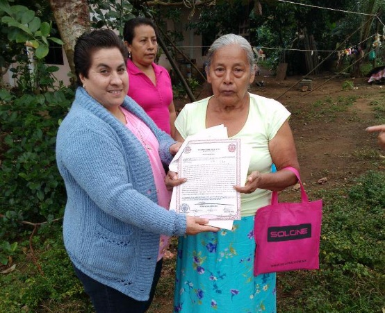 Una mujer de Los Tuxtlas presenta su acta de nacimiento; el municipio de Veracruz expedirá actas foráneas (Twitter @PesSanAndresTx)