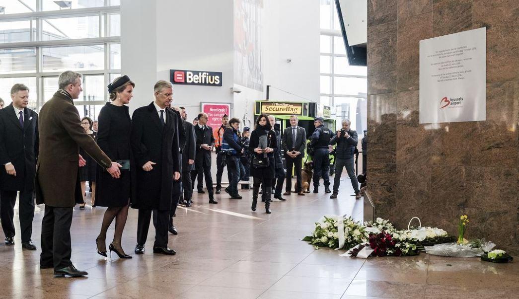 Los monarcas y el jefe del Ejecutivo guardaron un minuto de silencio en el aeropuerto de Bruselas. (AP)