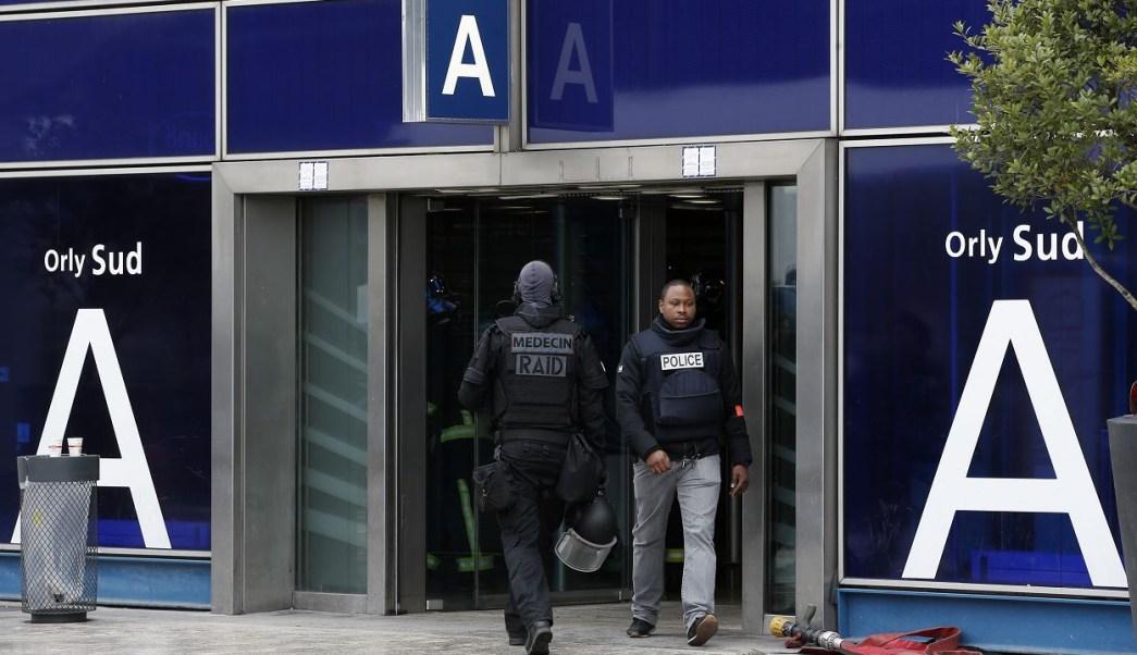 Un hombre fichado por la policía fue abatido esta mañana en la terminal de Orly después de haber abierto fuego contra un control policial. (AP)