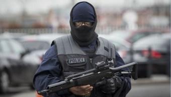 Fuerzas de seguridad francesas resguardan el aeropuerto Orly. (AP)