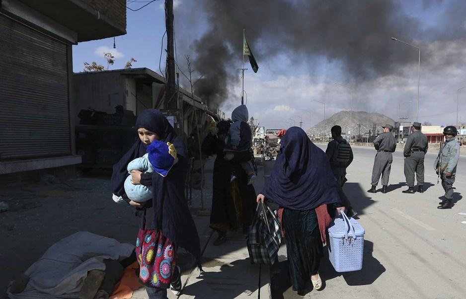 Una familia afgana escapa de la zona de un atentado suicida en Kabul, Afganistán (AP)