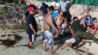 Personas auxilian a dos mujeres que estaban en peligro de ahogarse en Playa Linda, Cancún (Semar)