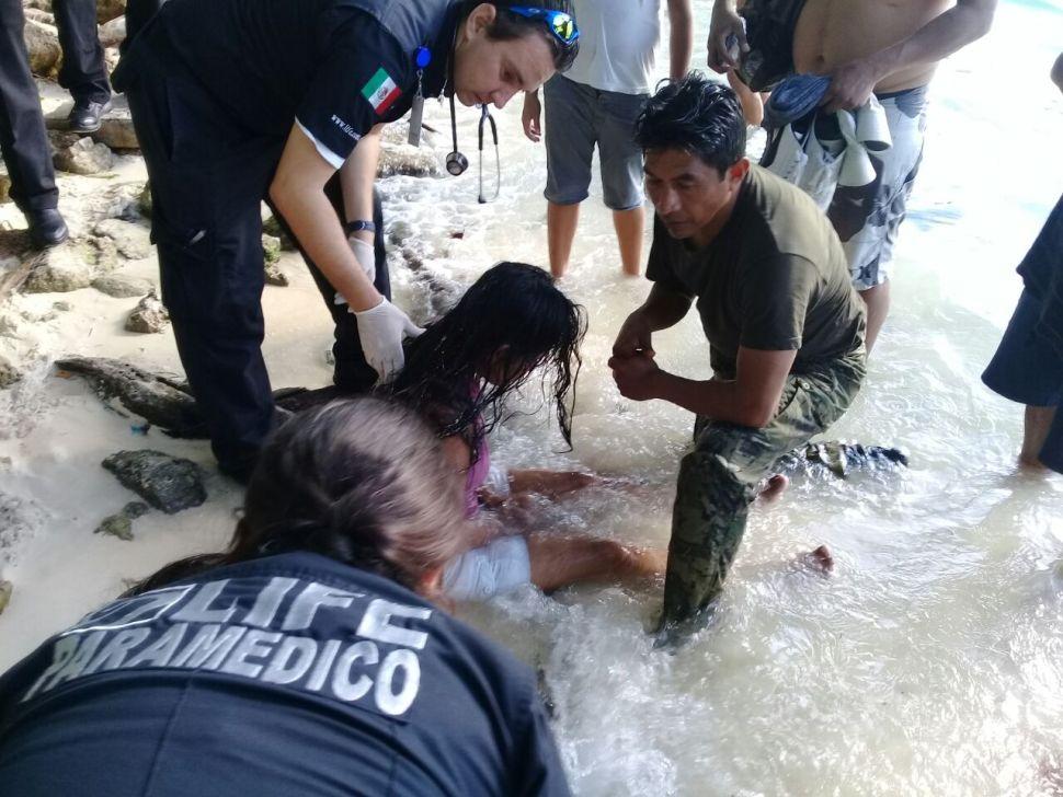 Autoridades auxilian a dos mujeres que estaban en peligro de ahogarse en Playa Linda, Cancún. (Semar)