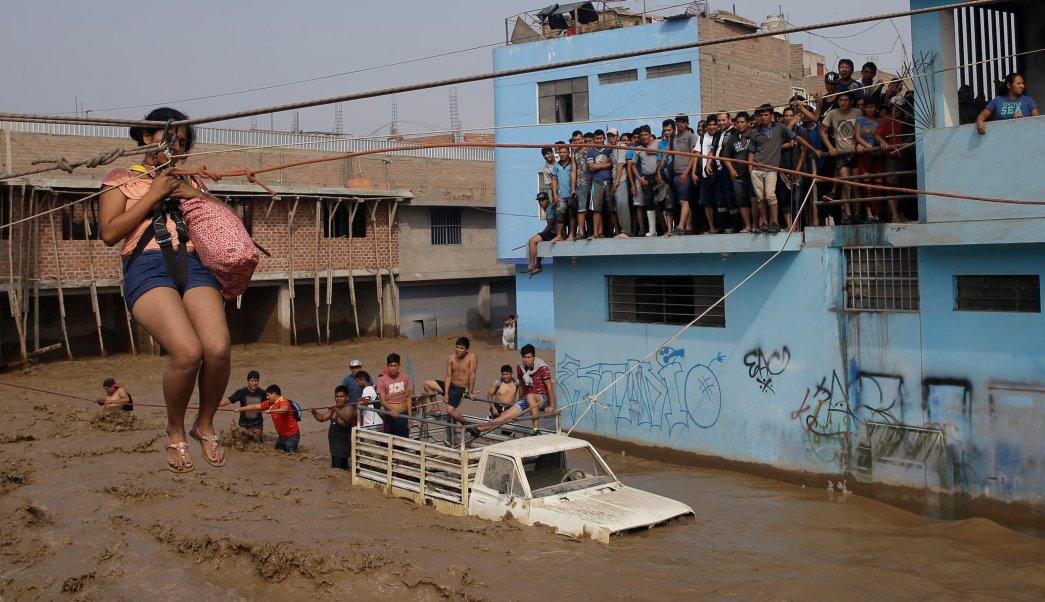 Las intensas lluvias y los deslizamientos de lodo en los últimos días han causado estragos en la nación andina y atrapado a residentes en Lima. (AP)