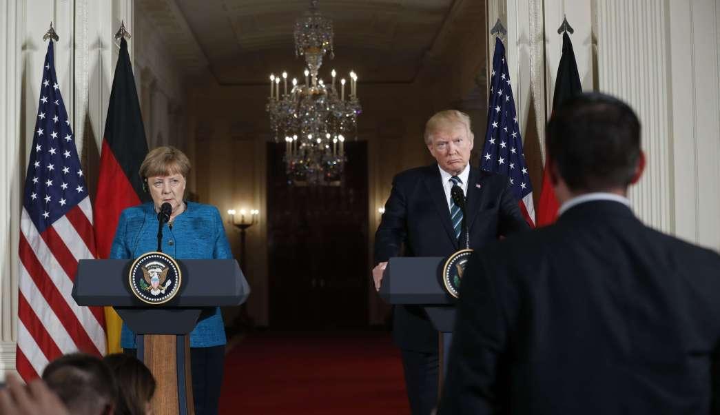 El presidente Donald Trump y la canciller alemana Angela Merkel participan en una rueda de prensa conjunta en la Sala Este de la Casa Blanca en Washington. (AP)