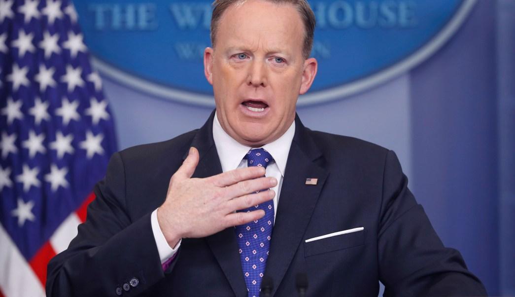 El secretario de prensa de la Casa Blanca, Sean Spicer, habla con los medios de comunicación sobre la llamada de Donald Trump con la primera ministra británica, Theresa May. (AP)