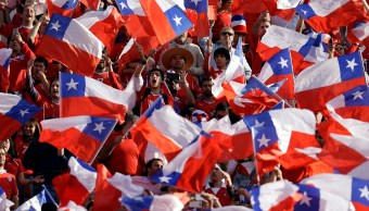 Imagen ilustrativa que muestra varias banderas de Chile (AP)