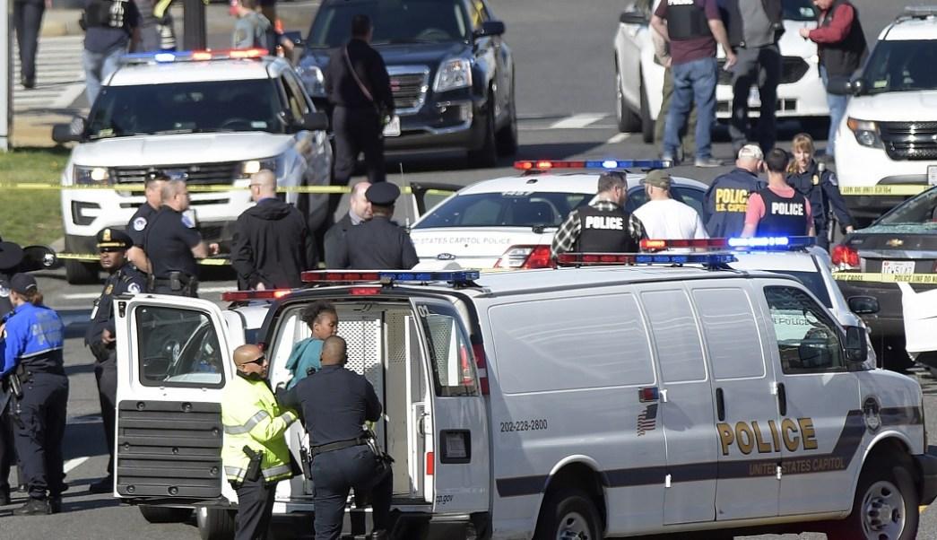 Una mujer fue detenida cerca del Capitolio, en Washington, por intentar estrellar su vehículo contra un retén de policías (AP)