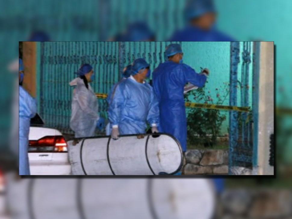 Peritos levantan el cuerpo de Emma Gabriela Molina Canto; familiares lo consideran feminicidio (Noticieros Televisa)
