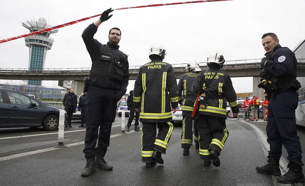 Los servicios de emergencia al llegar a la terminal sur del aeropuerto de Orly después de disparar un incidente cerca de París (Reuters)