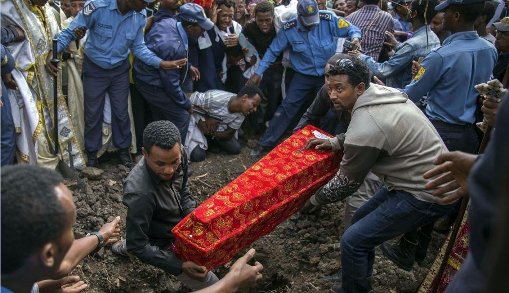 El ataúd de uno de los muertos tras el derrumbe de una montaña de basura en un vertedero en Addis Abeba, Etiopía. (AP)