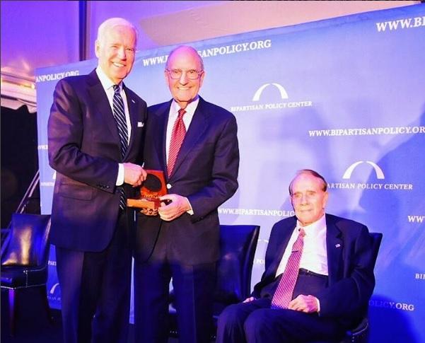 Joseph Biden recibe un premio del Bipartisan Policy Centre por su coraje político; el ex funcionario estadounidense defiende a la prensa y a la justicia, agredidas por Trump (Instagram- bpc_bipartisan)