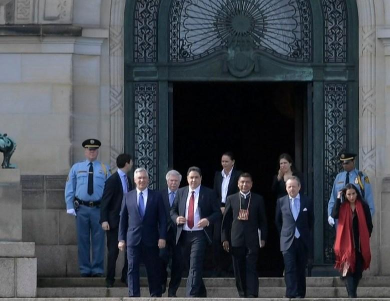 Una comisión del gobierno de Bolivia entrega ante La Haya la réplica de la demanda marítima contra Chile (Twitter @FreddyZarcoC)