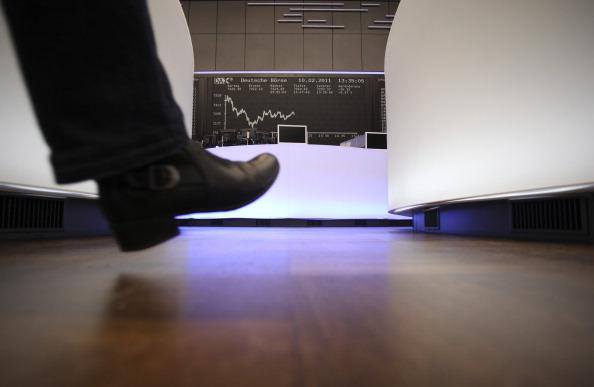 Un operador camina dentro de la Bolsa de Frankfurt. (Getty Images)