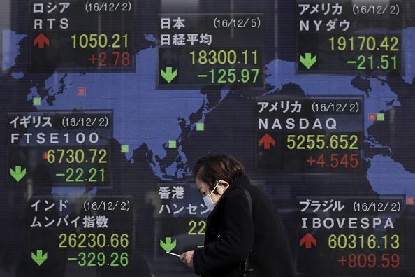 Tablero con resultados de la Bolsa de Tokio. (Getty Images)