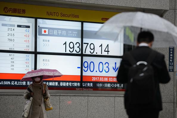 Tablero con información de la Bolsa de Tokio. (Getty Images)