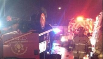 Vehículo del Cuerpo de Bomberos vuelca en la colonia Agrícola Oriental; tres personas resultan lesionadas por el accidente (Twitter @ElPolloCDMX)