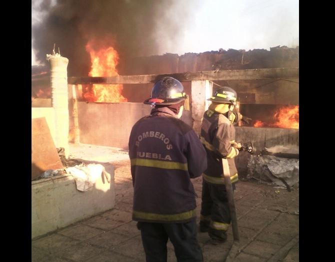 Bomberos sofocaron un incendio al interior de una fábrica textil de Huejotzingo, Puebla. (Twitter @SSP_Puebla)