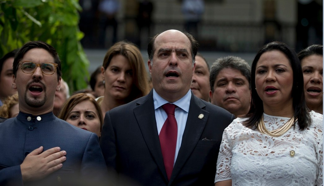 Julio Borges, diputado y presidente de la Asamblea Nacional venezolana, participa en una protesta; denuncia golpe de Estado en el país (AP, archivo)