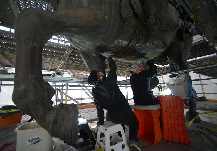 Restauradores del INAH trabajan con el monumento ecuestre de bronce de Carlos IV (Foto: INAH)