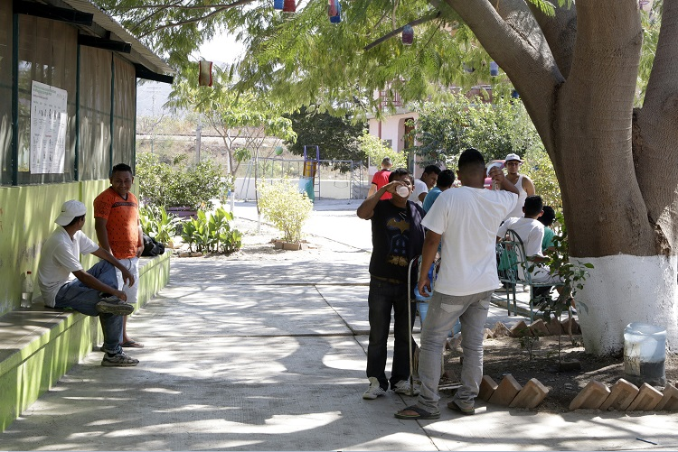 Un grupo de personas se resguarda del calor en Oaxaca; las temperaturas en la entidad alcanzan los 40 grados (NTX, archivo)