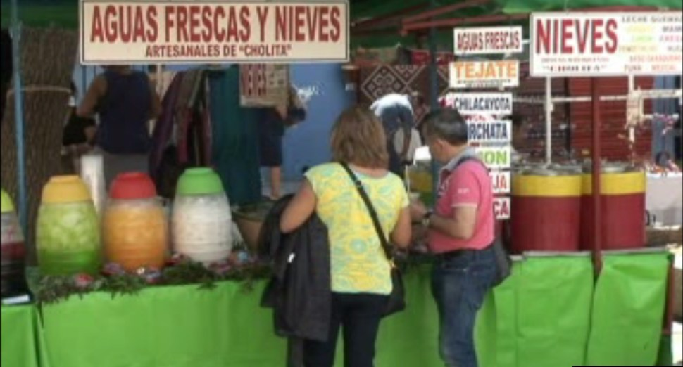 Visitantes en Oaxaca buscan refrescarse ante el intenso calor que golpea la entidad (Noticieros Televisa)