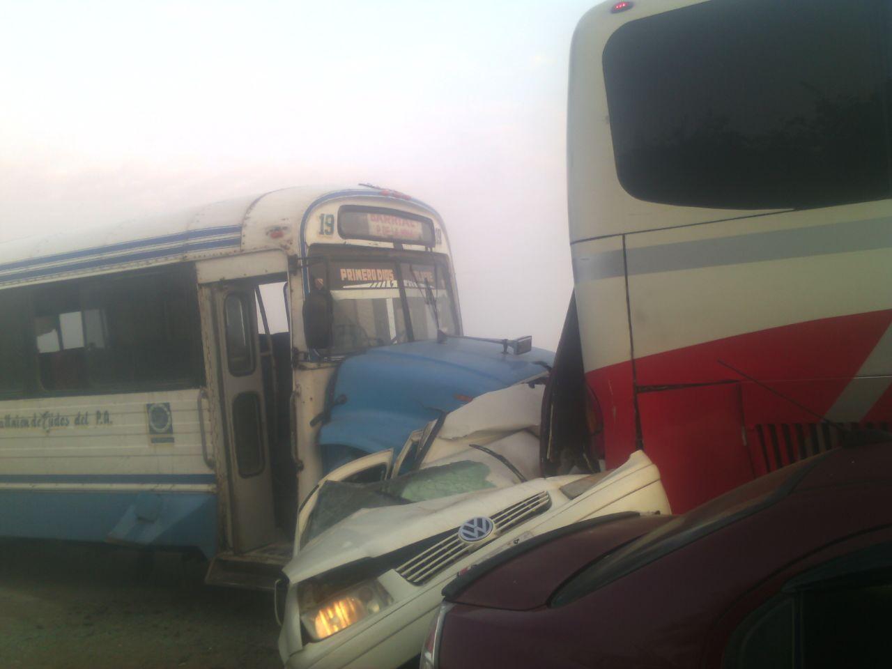 Carambola en la carretera Coatzacoalcos-Cárdenas deja un muerto y 30 lesionados (Noticieros Televisa)