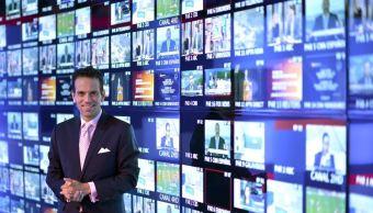 """El periodista Carlos Loret de Mola recibe el Premio Rey de España de Periodismo en la categoría de Televisión por """"Éxodo"""", reportaje sobre la crisis de refugiados sirios, transmitido el 25 de agosto pasado, en el programa """"Despierta"""", y a través de las distintas plataformas de Televisa. (Facebook: Carlos Loret de Mola)"""