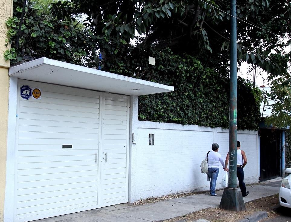 """El inmueble donde  """"Cien años de Soledad"""" se creó contiene dos pisos con un pequeño jardín en la calle De la Loma, colonia Lomas de San Ángel Inn (Notimex)"""