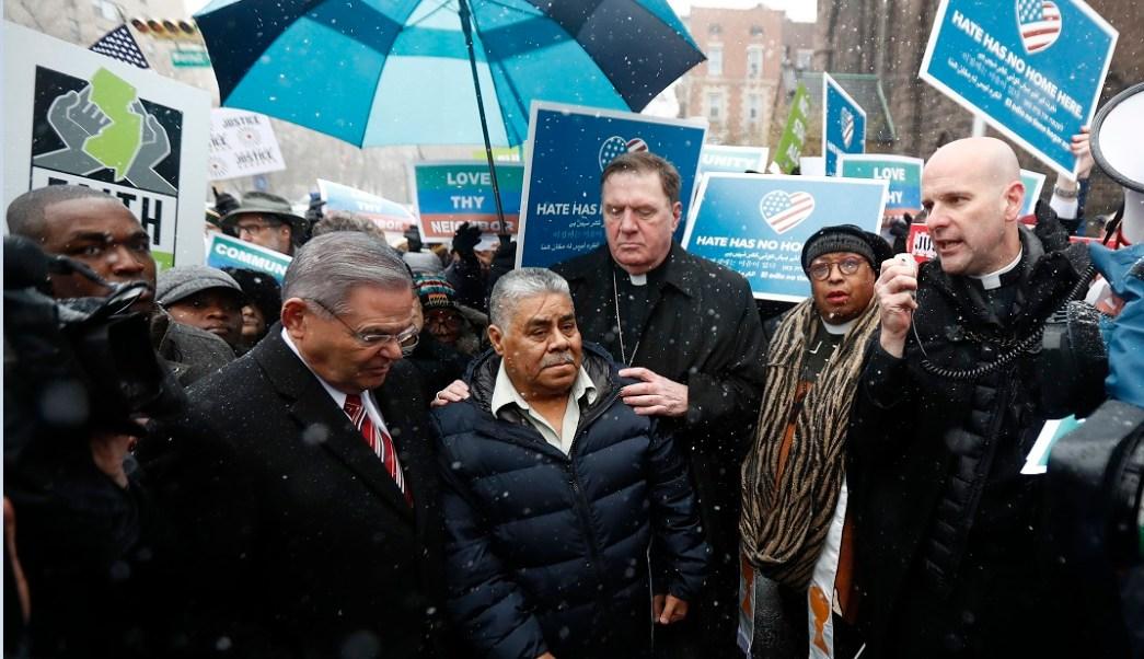 Catalino Guerrero (centro) es acompañado por el senador Bob Menendez (izq.) y el arzobispo Joseph Tobin (der.); el migrante mexicano está en peligro de deportación (AP)