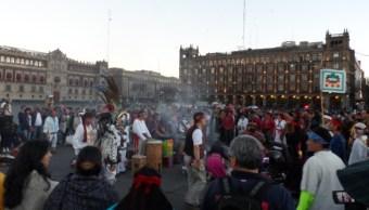"""Gente reunida en un círculo de danza para recibir el año nuevo 2017 Mexihca """"Macuilli Calli, en el Zócalo capitalino (Twitter@Luz13Lucero)"""