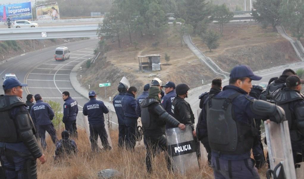 Efectivos estatales de Chiapas desalojaron la autopista San Cristóbal- Tuxtla Gutiérrez tras el bloqueo de indígenas tzotziles. (Twitter: @chiapasminuto)